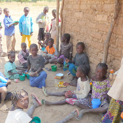 Le déjeuner des enfants à l'école de Zitoessin. Des femmes du village ont préparé le repas pour les enfants.