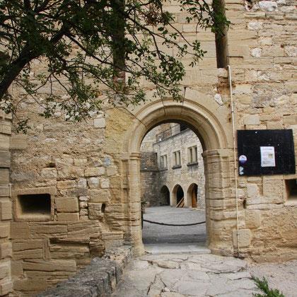 Eingang zum Schloss von Barroux