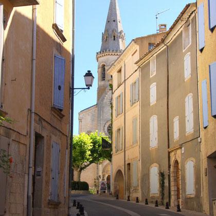 Bild: Straße in Richtung Kirche und Aufstieg zur Schlossruine in Saint-Saturnin-les-Apt