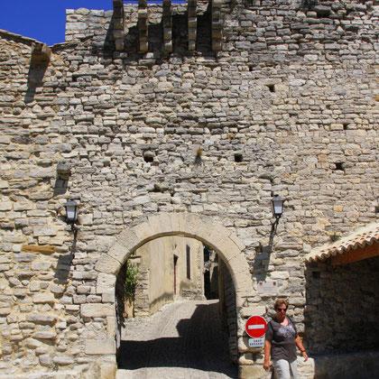 Tor der Hugenotten mit Befestigungsmauer aus dem 14. Jh.