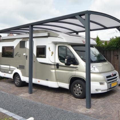 Un abri pour camping car, caravanne avec une structure en aluminium autoportée et une toiture cintrée pour une plus haute résistance à la neige
