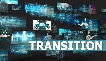 """Le mot """"transition"""" écrit devant un mur d'écrans dans une ambiance futuriste"""