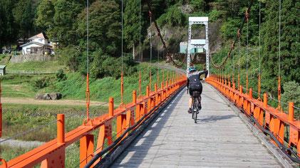 見玉不動尊前の見玉駐車場を出発してすぐの真っ赤な吊り橋♡まず、これを渡らないと始まらないのが秋山郷ツーリングである!と、隊長は思う( *´艸`)