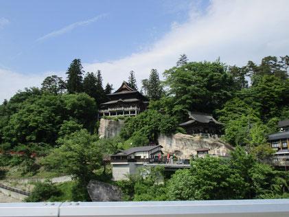 福満虚空藏菩薩圓藏寺様が見えてきました。立ち寄って境内を散策。岩の上に見える本堂はとても古く荘厳で歴史を感じました。
