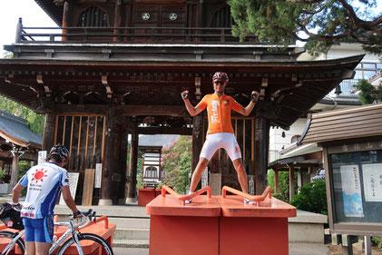 東光寺様に来ました!山門前にお楽しみアイテムが!オレンジのジャージにオレンジの下駄が超マッチ(≧▽≦)えつプロで一番高身長の玉様にピッタリ(≧▽≦)