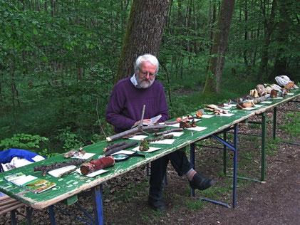 Herr Bernd Miggel mit dem Pilzstand - auf Holz wachsende Pilze