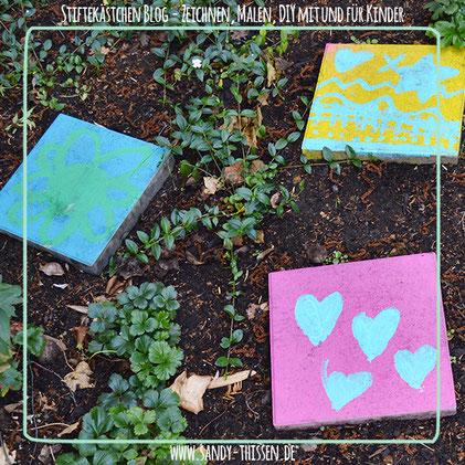 Malen Kinder Steine Trittsteine Beton Outdoorfarbe draußen Garten bunt Kindergarten DIY Stiftekästchen Blog Sandy Thissen