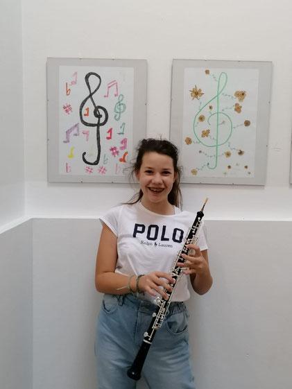 Johanna Schreiner präsentiert stolz ihre Oboe