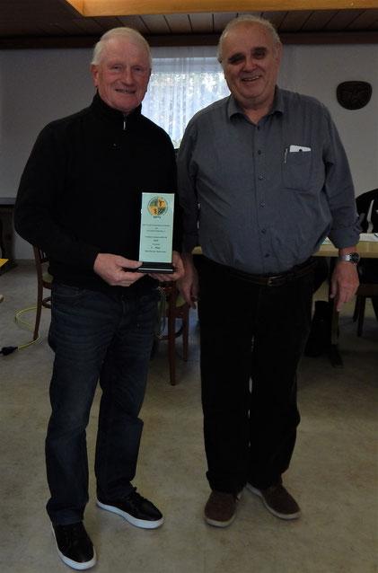 Phoenixtrainer Kurt Büttler (links) erhält von dem BFA-Vorsitzenden Reinhard Weiß-Motz für Phoenix die Plakette für den besten RKS-Seniorenverein 2019.