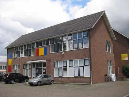 Een oud schoolgebouw, begane grond en eerste verdieping, met grijs puntdak, Prinses Margrietlaan 86 in Uithoorn