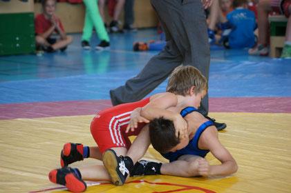 Lukas Lötscher nimmt seinen Gegner ins Päckli