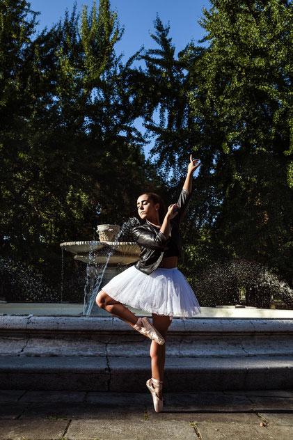 Ballerina davanti ad una fontana