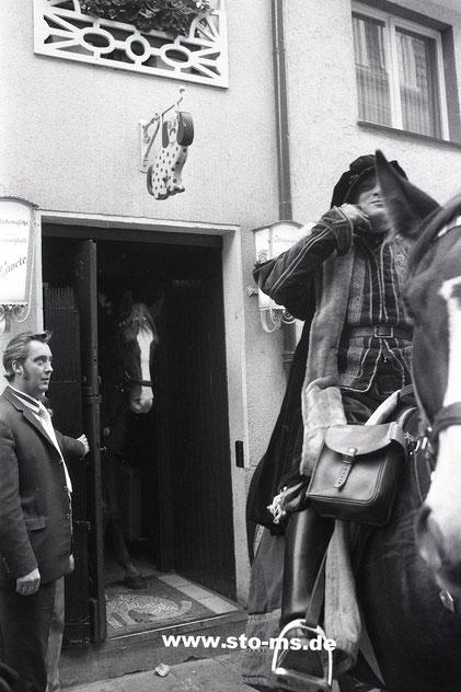 Es steht ein Pferd in der Cavete - Foto Alfred Kaup