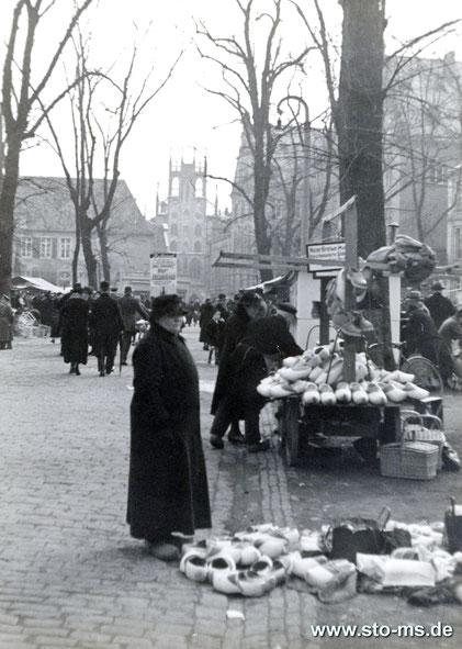 Marktstand mit Holzpantinen