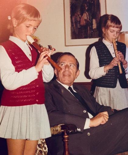 Brave Kinder spielen Flöte für Opa Dr. Gerhard Graumann, Vorgänger von Babettes Vaters am EVK.