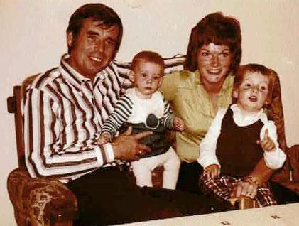 Stefanie mit Eltern und älterem Bruder