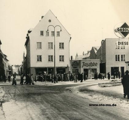 Blick von der Mühlenstraße um 1950, rechts die Gasolin-Tankstelle