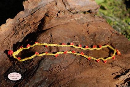 Bracelet hypoallergique crocheté à la main, double rang mélange de coton jaune et perles rouges, 16 cm, 91 perles