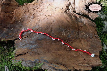 fin bracelet crocheté à la main de coton rouge et perles de rocailles blanches mesurant 18 cm