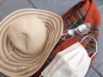 帽子、マスク、ストール、保護メガネの写真