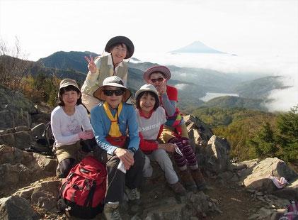 雷岩で富士山をバックに