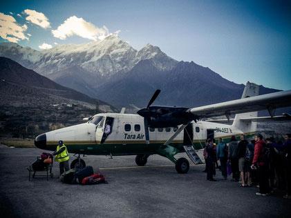 Traumhaftes Gipfelpanorame beim Ausstieg aus dem Flugzeug