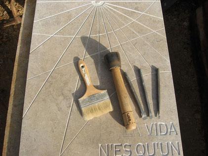 sundial-sundials-engraving-tools-stone-thoronet-hand