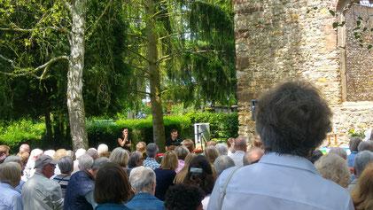 Jea & Johannes Prätorius live beim ökumenischen Gottesdienst an der Johanniskirchenruine Walluf mit Klavier und Gesang