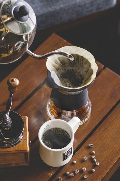 Schwarzer Kaffee und Handfilter