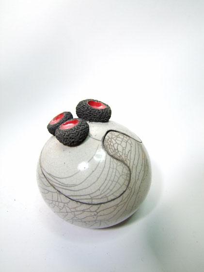 Boîte blanche céramique ronde cratere pik rouge