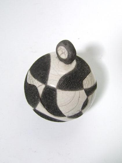 Boîte céramique raku ronde et piquetée avec noire et blanche