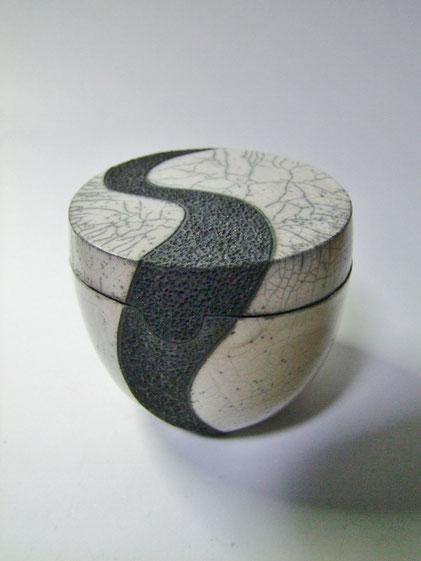 boite noire et blanche en raku.