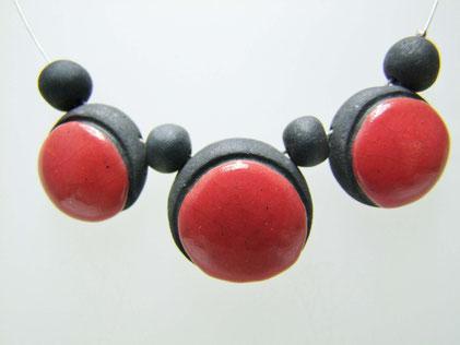 bijou en poterie rouge et noir collier