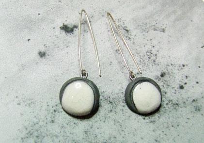 boucles d'oreilles noires et blanches en céramique raku