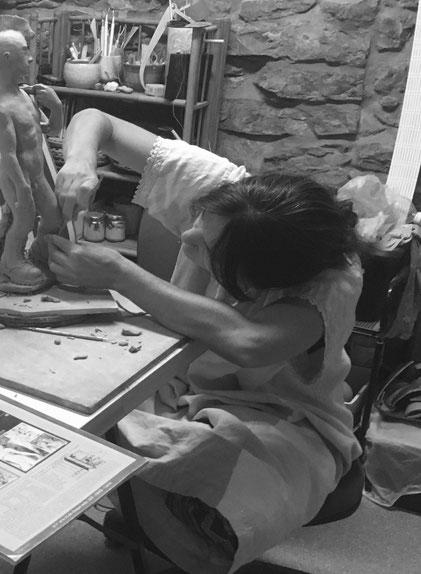 Céramiste sculptrice au travail.