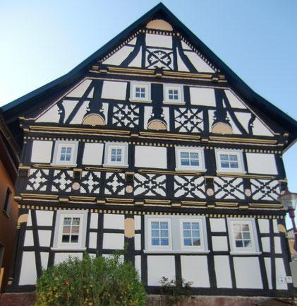 Eines der schönsten Fachwerkhäuser in Oberweid. Heute sind hier Ferienwohnungen eingerichtet.