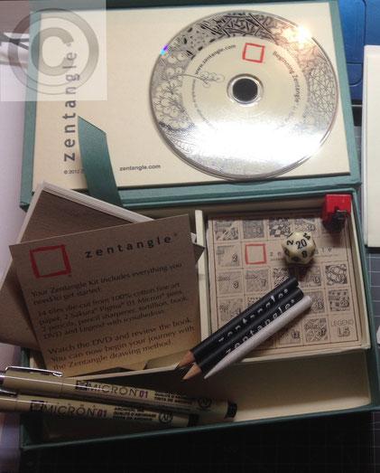 Zentanglematerial; Sakura Micron Pigma; Zentangle Kit; Starterset; Papierwischer; Tortillion; Stumpen; Estompen; Bleistift; Pencil; Grafit; Graphite; Pen; Pigmentliner; Papier; Fabriano Tiepolo; 100% Baumwolle