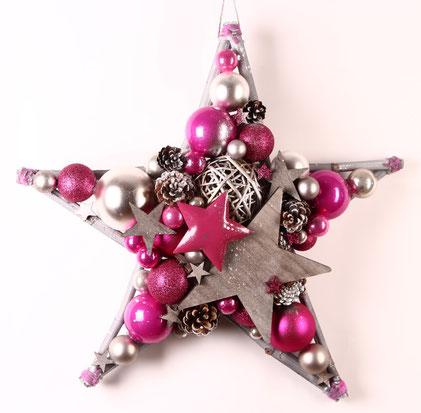 Großer Stern mit pinkfarbenen Metallstern, grauen Holzsternen und Glaskugelfarben pink und weiß