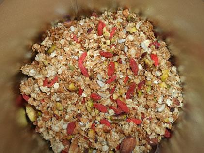 Een voorraadbus granola met amandelen, gojibessen en pistache noten.