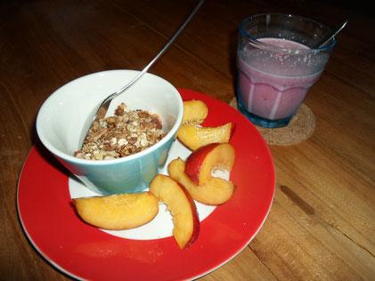 Als tussendoortje een schaaltje granola met een nectarine en een bessensmoothie.