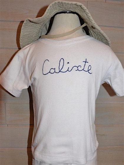 Tee-shirt personnalisé avec un prénom brodé à la main pour enfant