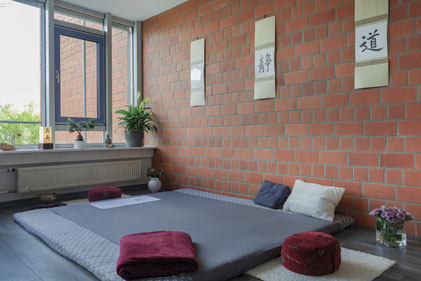 Als Heilpraktikerin in Norderstedt biete ich folgende Therapien an: Shiatsu, Baby-Shiatsu, Akupunktur, Shonishin, TCM Ernährungsberatung, Meditation,  Homöopathie