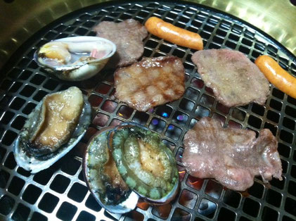 肉と貝を一つの網で、、、なんかシュールなんやけどww
