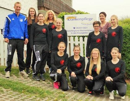 Das Team der FSG Ebsdorfergrund mit Trainer Stefan Bamberger (links) freut sich über die von Heidi Lorch-Zinnkann (hinten, 2. von rechts) zur Verfügung gestellten Trainingsshirts.