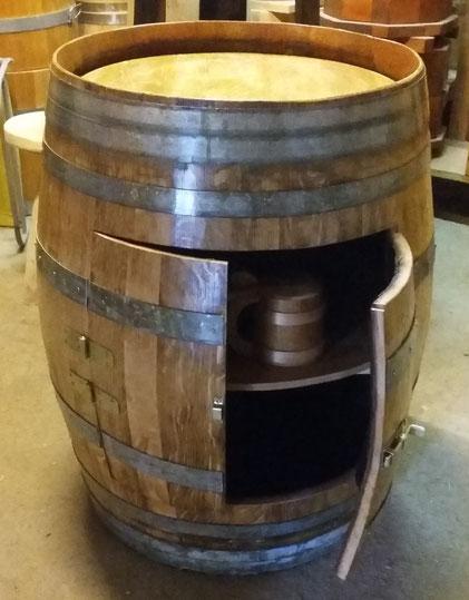 Fassbar mit Regal und Doppel-Türl, hergestellt aus einem gebrauchten Weinfass