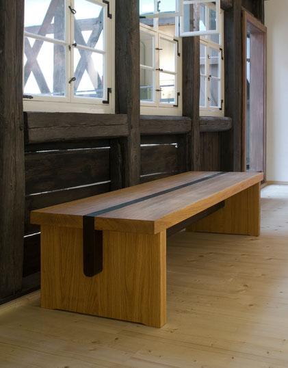 Massivholzbaenke aus Eiche für den überdachten Innenhof und den Galeriegang des Museums 642 Poessneck.