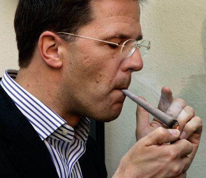 mark rutte fume un joint
