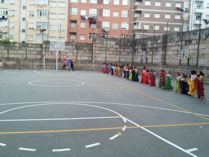 Fiesta en el cole participando todos los niños a la vez