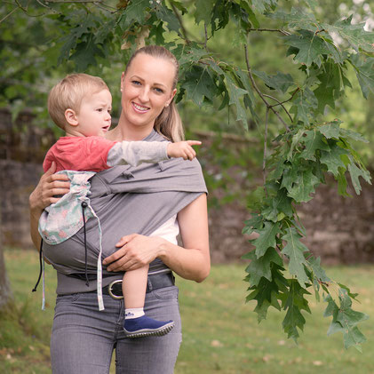 Huckepack Wrap Tai baby carrier, hip carrier made from wrap fabric, suitable for newborns and toddlers.