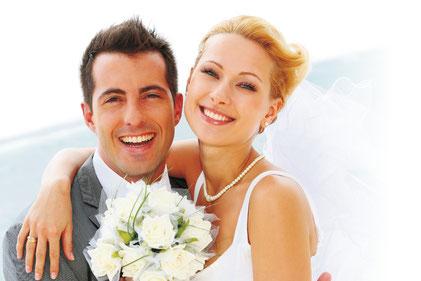 Hochzeitspaar mit weißem Blumenstrauß